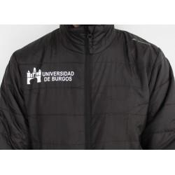 Abrigo negro básico detalle